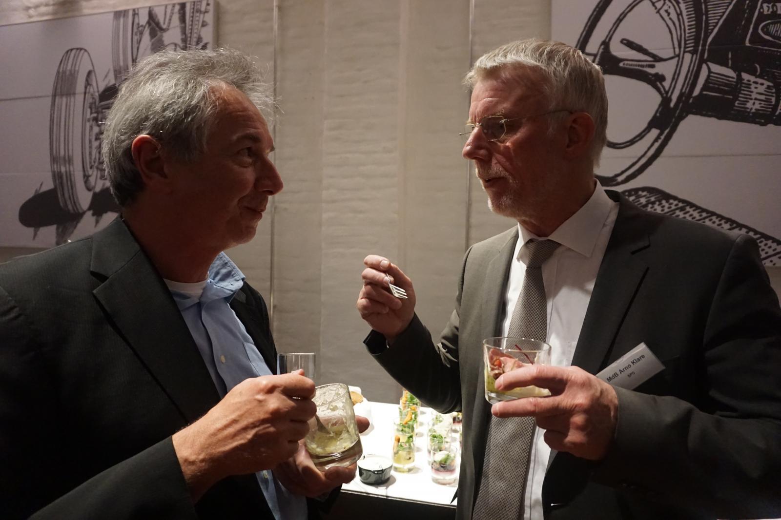 bcs-Geschäftsführer Willi Loose (l.) im Gespräch mit MdB Arno Klare (r.)
