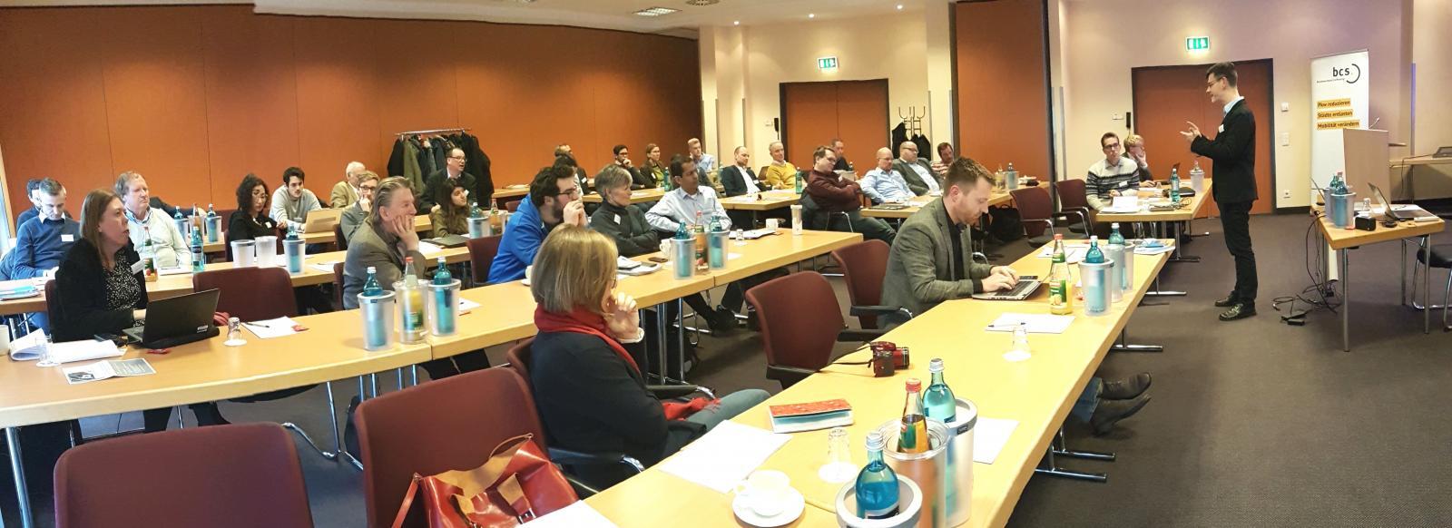 Auf dem gut besuchten Workshop diskutieren Experten Studienergebnisse zum CarSharing (Bild: bcs)