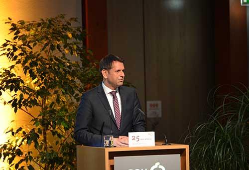 Olaf Lies, der niedersächsische Minister für Wirtschaft, Arbeit und Verkehr, erläutert seine Sympathie für die CarSharing-Angebote im Land