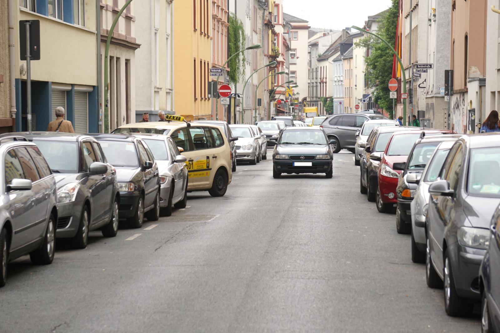 Die Situation in den Innenstädten: Autos beanspruchen den meisten Platz, Fußgänger und Fahrradfahrer sind an den Rand gedrängt (Foto: bcs)
